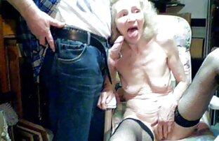 那个粗壮的女人被一根烟斗牵着。 色情明星管